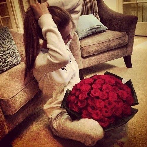 Фото девушек брюнеток с цветами